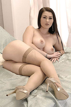 Busty Babe Reveals Sexy Body